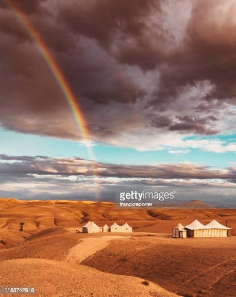 虹のモロッコ砂漠のテント - 縦位置 ストックフォトと画像
