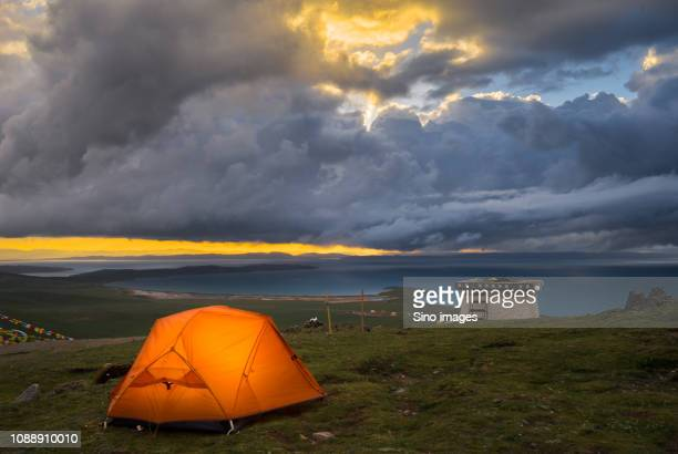 tent near lake at sunset, yushu, qinghai province, china - image stockfoto's en -beelden
