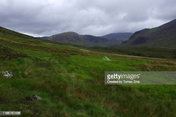 tent pitched in glen sligachan with surrounding peaks of the red hills - glen sligachan photos et images de collection