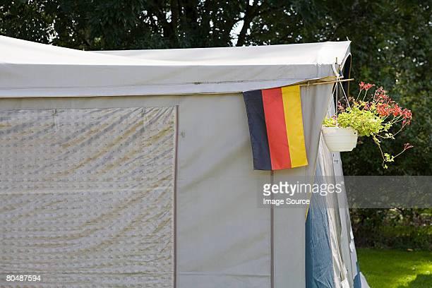 Ein Festzelt mit der deutschen Flagge hängen auf Sie