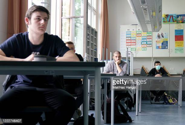 Tenth graders who will soon face exams start with the first lesson at the Schillerschule school during the novel coronavirus crisis on May 4, 2020 in...