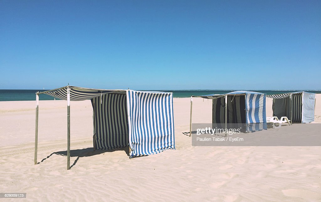 Tents At Beach Against Clear Sky : Stockfoto