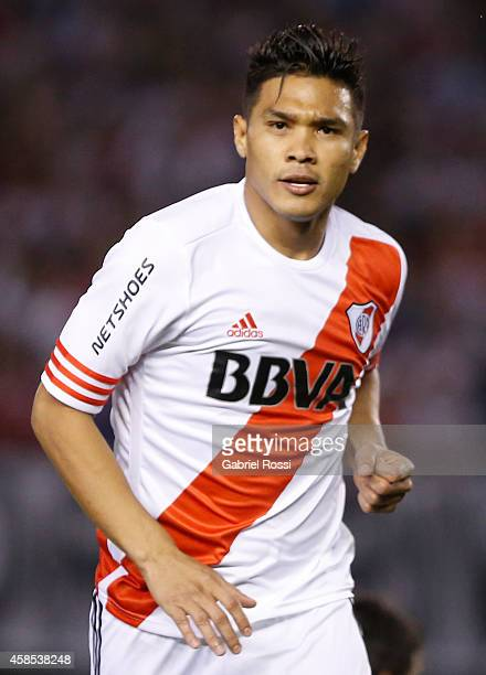 Teofilo Gutierrez celebrates after scoring the opening goal during a second leg quarter final match between River Plate and Estudiantes as part of...