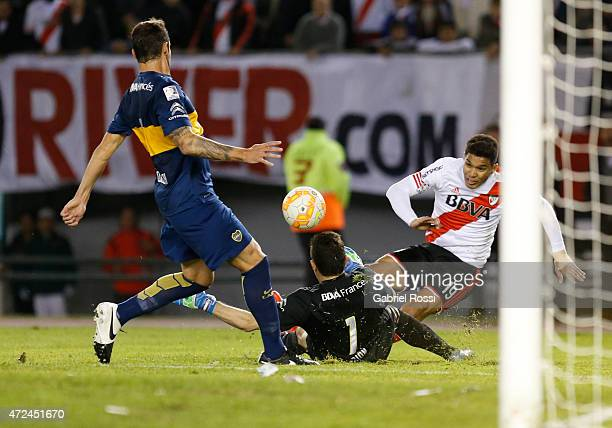 Teofilo Gutierrez of River Plate fights for the ball with Agustin Orion of Boca Juniors during a first leg match between River Plate and Boca Juniors...