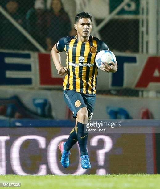 Teofilo Gutierrez of Rosario Central celebrates after scoring the first goal of his team during a match between San Lorenzo and Rosario Central as...