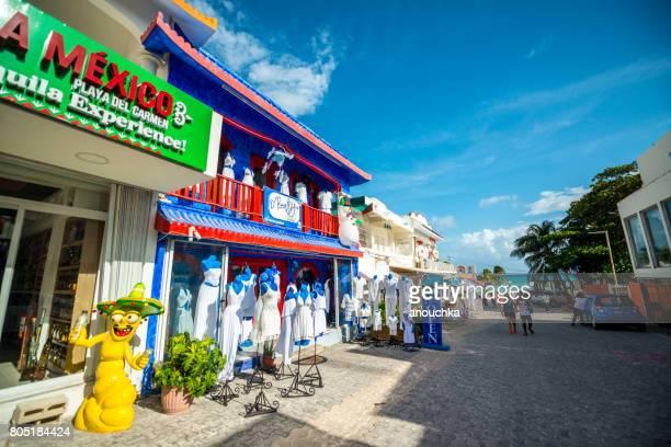 tienda de tequila y tienda de ropa en playa del carmen, méxico - playa del carmen fotografías e imágenes de stock