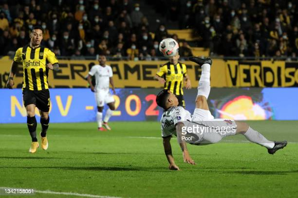 Terans of Athletico-PR scores the first goal of his team during a semi final first leg match between Peñarol and Athletico Paranaense as part Copa...