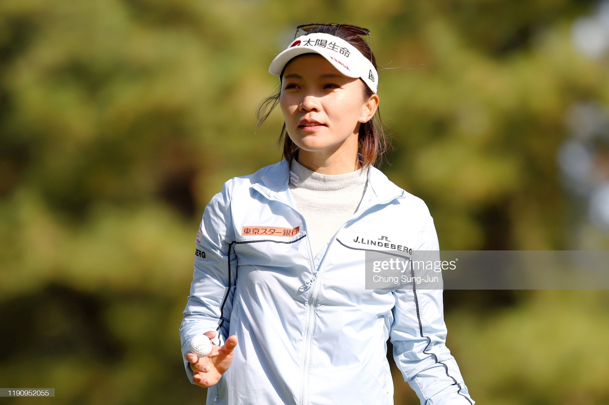 https://media.gettyimages.com/photos/teresa-lu-of-chinese-taipei-acknowledges-the-gallery-after-the-birdie-picture-id1190952055?s=2048x2048