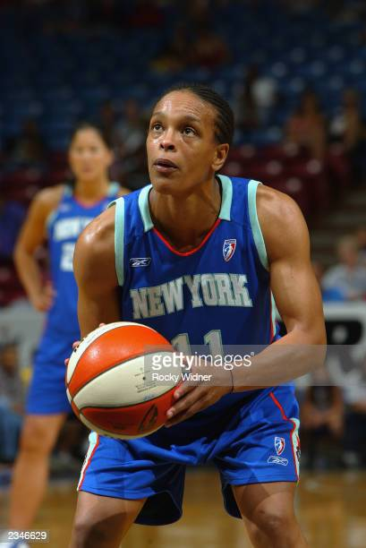 Teresa Weatherspoon of the New York Liberty prepares to shoot during the game against the Sacramento Monarchs on July 24 2003 at Arco Arena in...