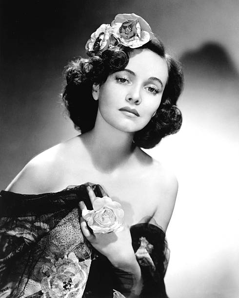 teresa-wright-us-actress-with-flowers-in