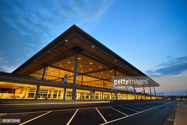 terminal building, berlin brandenburg willy brandt airport - flughafen berlin brandenburg stock-fotos und bilder