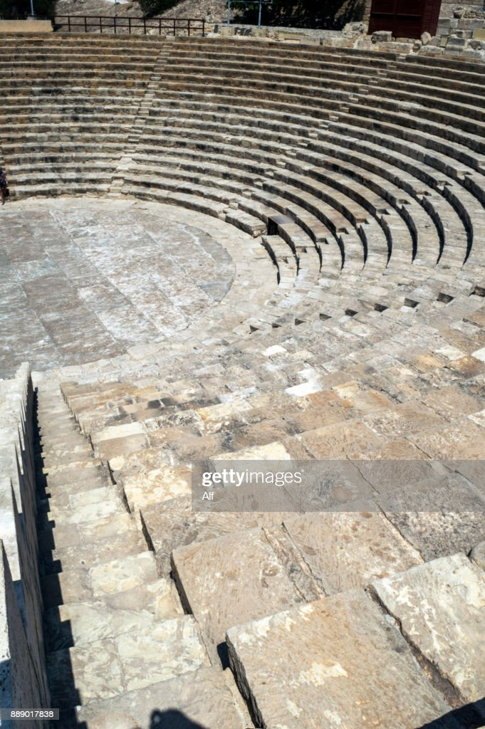 difference between greek and roman theatre