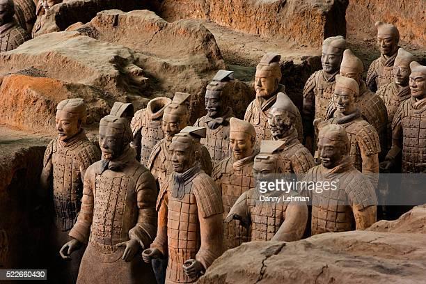 terracotta warrior statues in qin shi huangdi tomb - luogo d'interesse internazionale foto e immagini stock