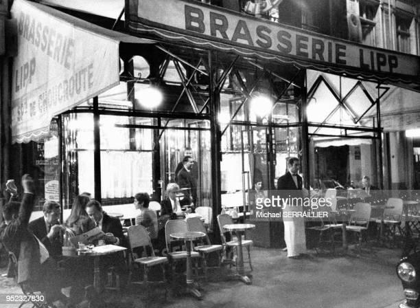 Terrasse de la Brasserie Lipp à Paris en France en 1969