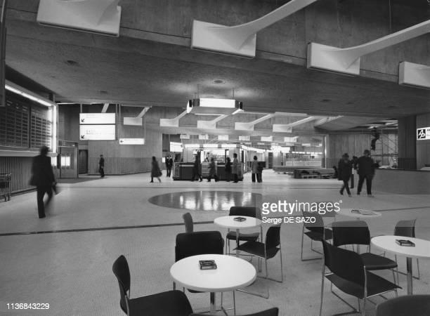 Terrasse d'un café dans le hall de l'aéroport de Roissy-Charles-de-Gaulle , en mars 1984, France.