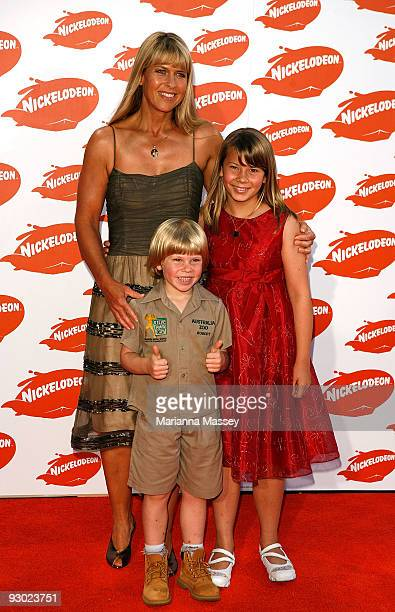Terri, Robert and Bindi Irwin arrive for the Australian Nickelodeon Kids' Choice Awards 2009 at Hisense Arena on November 13, 2009 in Melbourne,...