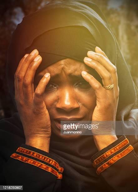 パンデミックの恐ろしさのために恐ろしい黒人難民イスラム教徒の若い女性 - 南スーダン ストックフォトと画像