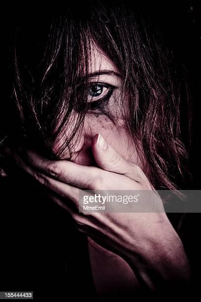 aterrorizado - mujer violada fotografías e imágenes de stock