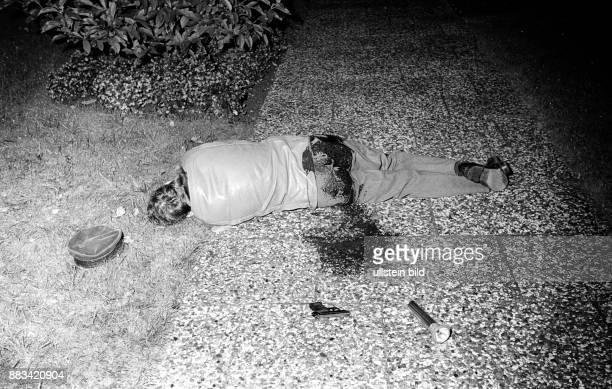Terrorismus in Deutschland Rote Armee Fraktion Hamburg Leiche des von Terroristen der RAF erschossenen Polizeibeamten NORBERT SCHMID Schmid wurde bei...