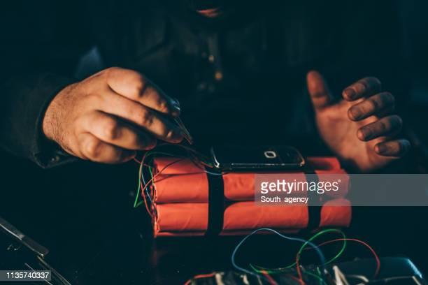 terrorista que faz uma bomba da dinamite - bomba - fotografias e filmes do acervo
