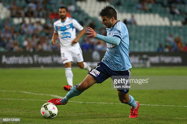 Terry Antonis of Sydney FC runs the ball during the round 17 ALeague match between Sydney FC and Melbourne Victory at Allianz Stadium on February 14...