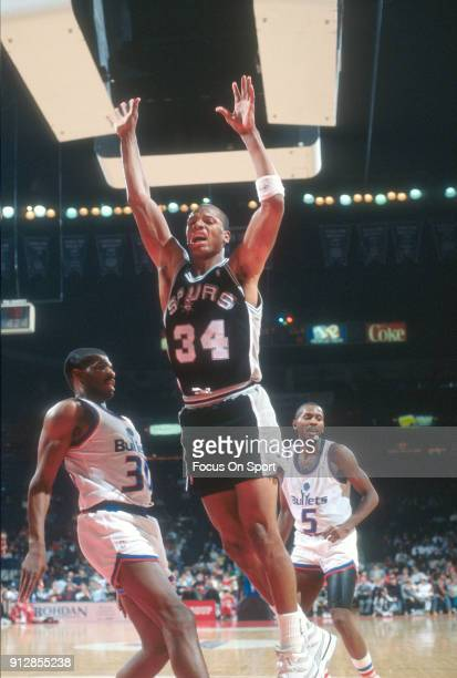 Terry Cummings of the San Antonio Spurs in action against the Washington Bullets during an NBA basketball game circa 1989 at the Capital Centre in...
