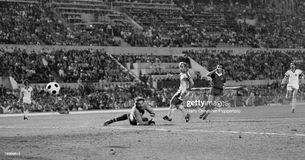 Football. 25th May 1977. Olympic Stadium, Rome. European Cup Final. Liverpool 3 v Borussia Moenchengladbach 1. Borussia+s captain Bertie Vogts watches in despair as his goalkeeper Kneib is beaten by Terry McDermott+s shot for Liverpool+s first goal. : Nachrichtenfoto