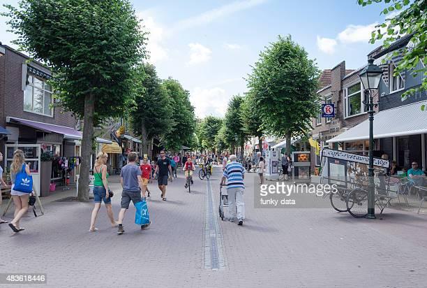 terschelling island downtown dorpsstraat - friesland noord holland stockfoto's en -beelden
