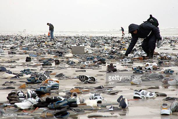 People walk 10 February 2006 on the Dutch island of Terschelling part of the Waddenislandgroup in the northern part of the Netherlands among...