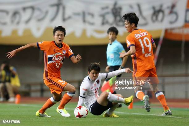 Teruki Hara of Albirex Niigata and Genki Omae of Omiya Ardija compete for the ball during the JLeague J1 match between Albirex Niigata and Omiya...