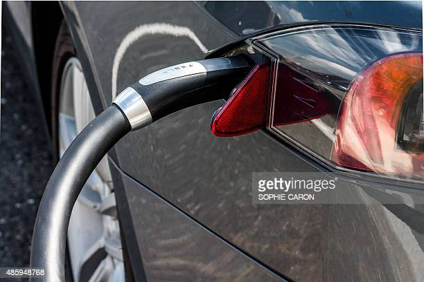 connecteur électrique automobile tesla - bollard stock photos and pictures