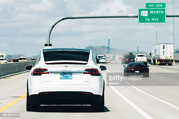 Tesla modelo X en el camino en Arizona.
