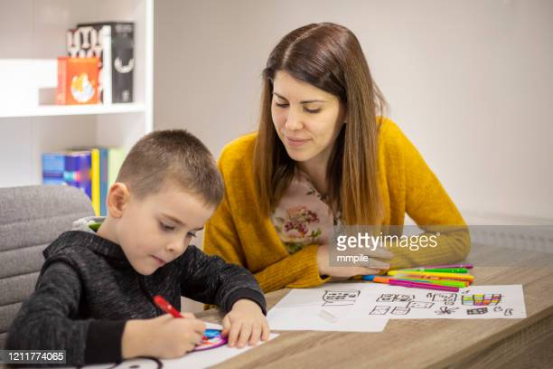 pruebas por la técnica de dibujo - autismo fotografías e imágenes de stock