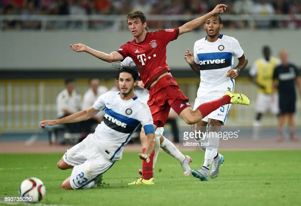 FUSSBALL 1 BUNDESLIGA SAISON 2015/2016 Testspiel Audi Football Summit Shanghai FC Bayern Muenchen 10 Inter Mailand Thomas Mueller gegen Andrea...
