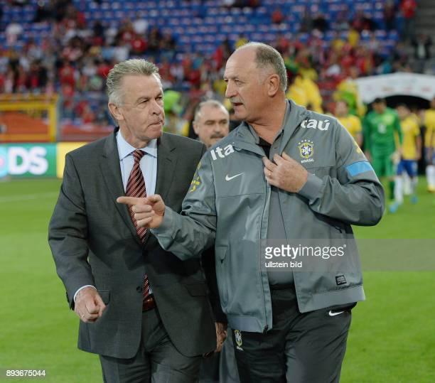 FUSSBALL INTERNATIONAL Testspiel Schweiz Brasilien Trainer Ottmar HITZFELD und Trainer Luiz Felipe SCOLARI im Gespraech