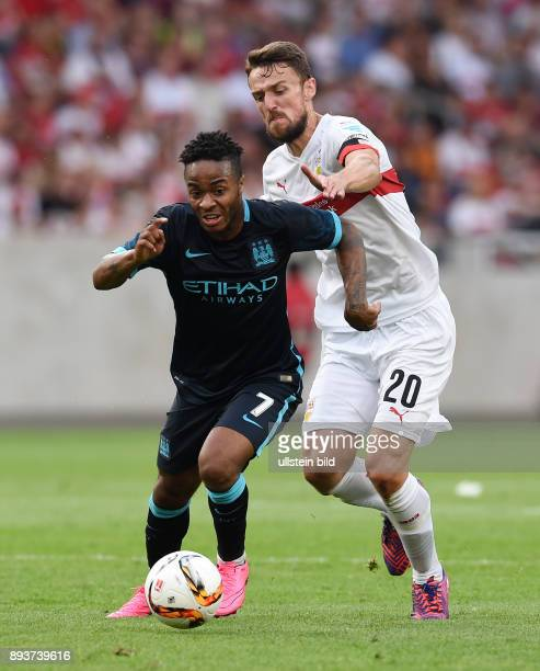 FUSSBALL 1 BUNDESLIGA SAISON 2015/2016 Testspiel VfB Stuttgart Manchester City Raheem Sterling mit Ball gegen Christian Gentner