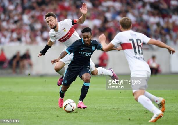 FUSSBALL 1 BUNDESLIGA SAISON 2015/2016 Testspiel VfB Stuttgart Manchester City Raheem Sterling mit Ball gegen Christian Gentner und Florian Klein