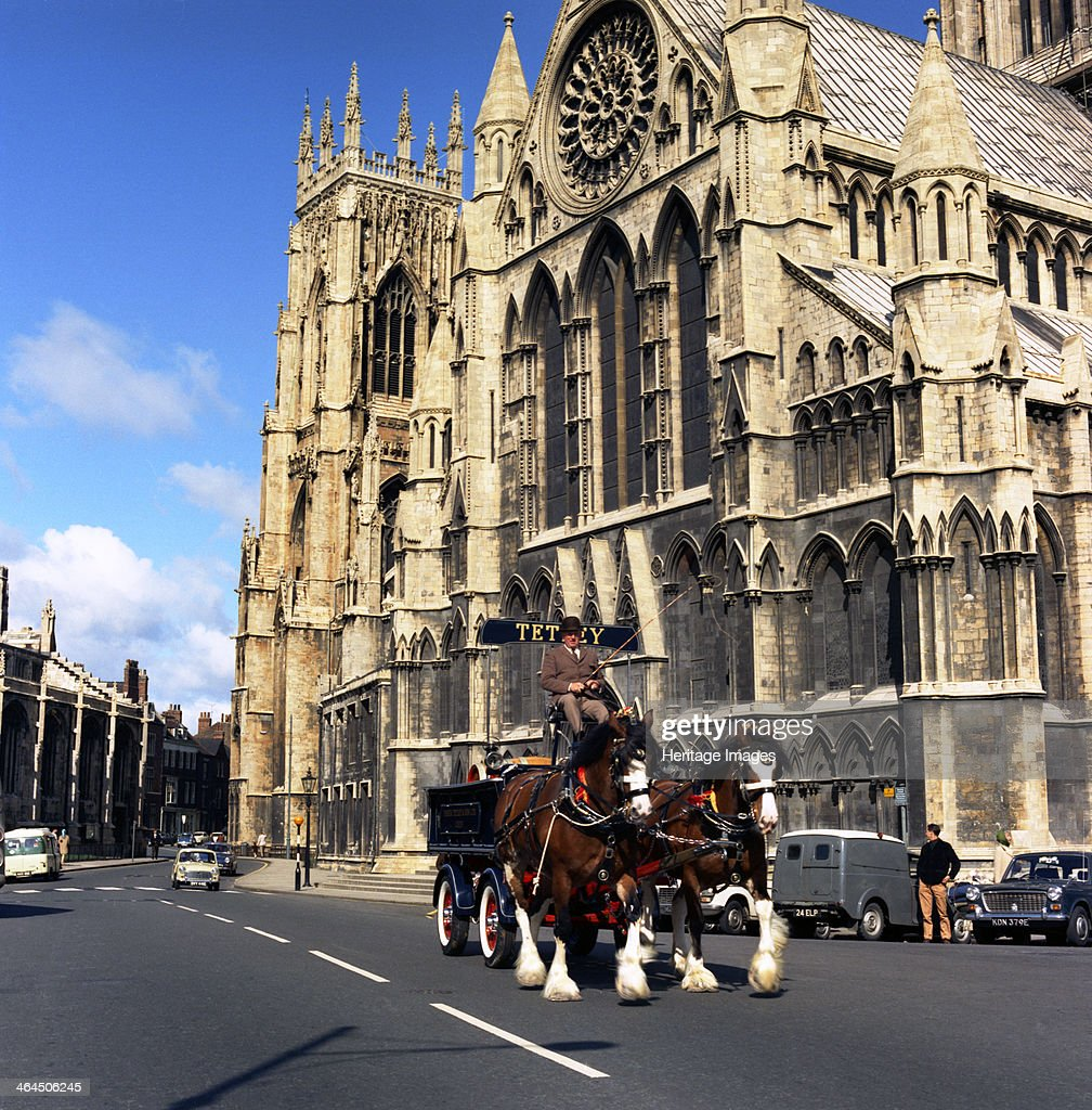 Tetley shire horses outside York Minster, North Yorkshire, 1969. Artist: Michael Walters : Photo d'actualité