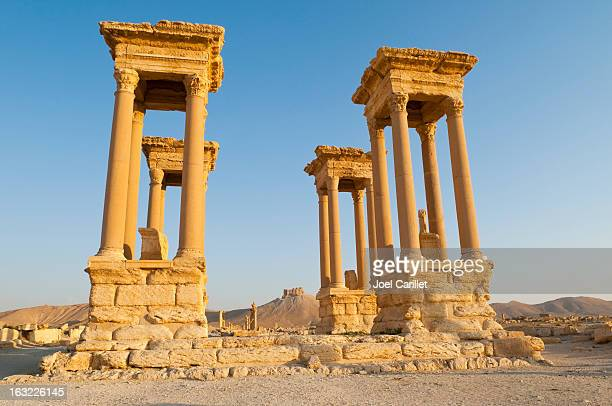 tetra pylon ruins in palmyra, syria - palmyra stockfoto's en -beelden