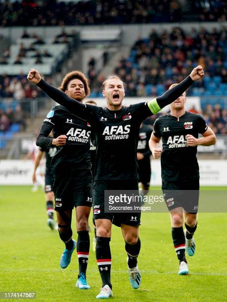 Teun Koopmeiners of AZ Alkmaar celebrates 0-1 with Calvin Stengs of AZ Alkmaar, Dani de Wit of AZ Alkmaar during the Dutch Eredivisie match between...
