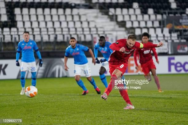 Teun Koopmeiners of AZ Alkmaar misses from the penalty spot during the UEFA Europa League match between AZ Alkmaar v Napoli at the AFAS Stadium on...