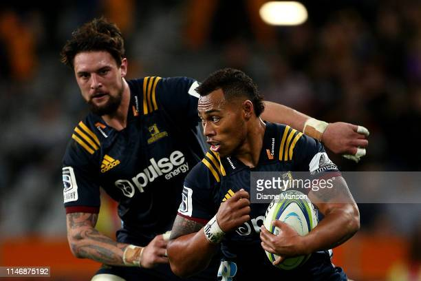 Tevita Li of the Highlanders makes a break during the Round 12 Super Rugby match between the Highlanders and the Chiefs on May 04 2019 in Dunedin New...