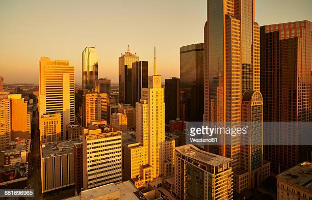 usa, texas, aerial photograph of the dallas skyline at sunrise - dallas fotografías e imágenes de stock