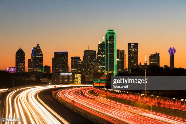 usa, texas, dallas, skyline and tom landry freeway, interstate 30 at night - dallas fotografías e imágenes de stock