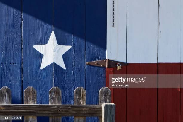 texas flag painted on a house - texas photos et images de collection
