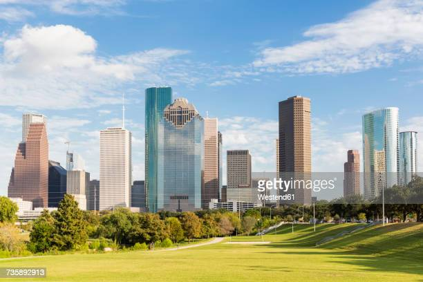 usa, texas, houston, skyline and eleanor tinsley park - houston texas fotografías e imágenes de stock