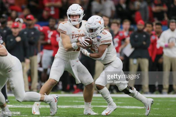 Texas Longhorns quarterback Sam Ehlinger hands off the ball to Texas Longhorns running back Tre Watson during the Allstate Sugar Bowl game between...