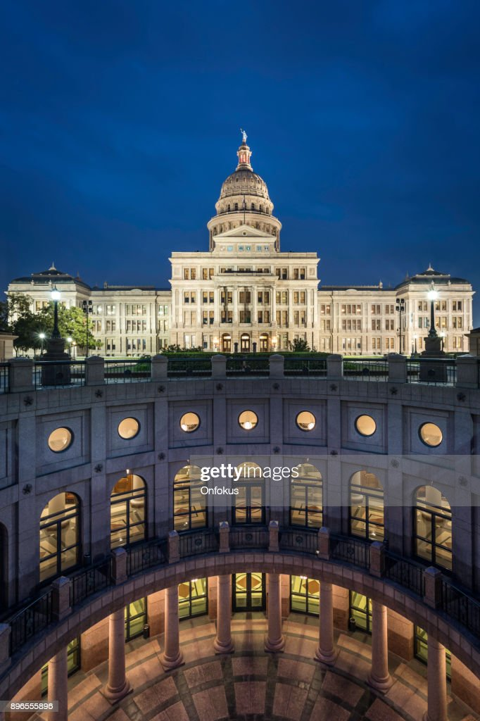 Texas State Capitol Building in Austin beleuchtet bei Sonnenaufgang : Stock-Foto