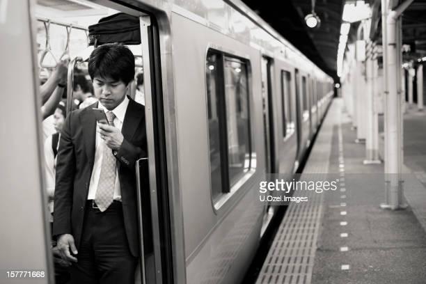 テキストメッセージの電車、日本の男性 - 仕事後 ストックフォトと画像