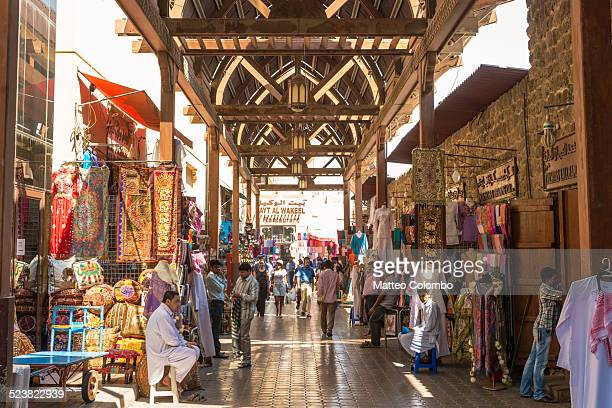 textile souk crowded with people, bur dubai, uae - bazaar stockfoto's en -beelden